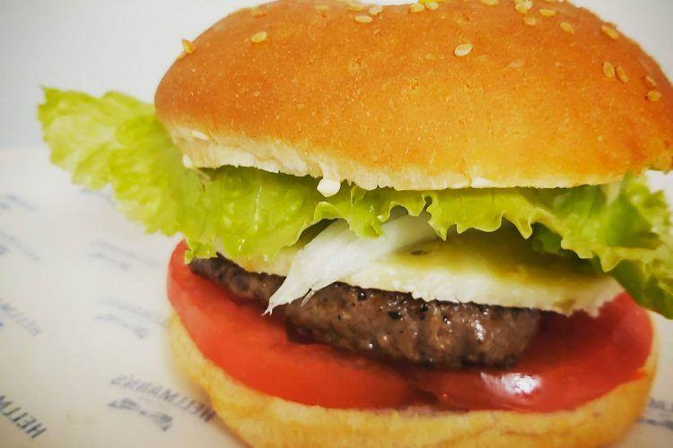 Hamburguesa con carne local y verduras de la huerta
